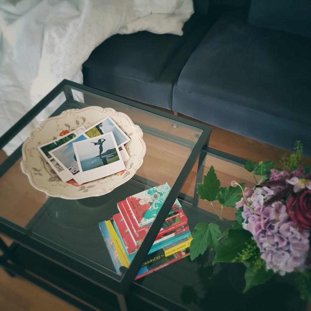 Ansicht von oben, Schale, Bücher, Blumenstrauss