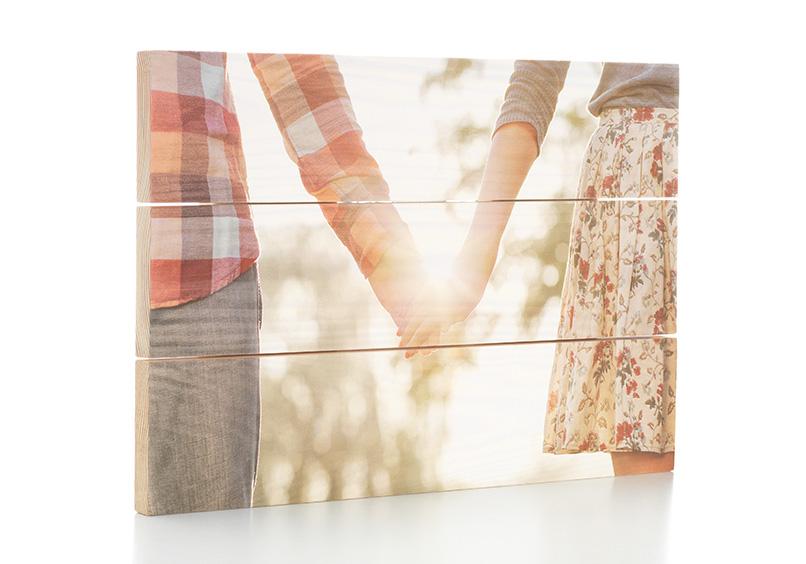 Foto auf Holz mit Paar, das sich an den Händen hält