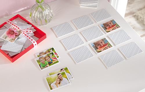 Memory-Spiel mit umgedrehten Karten und Motiven
