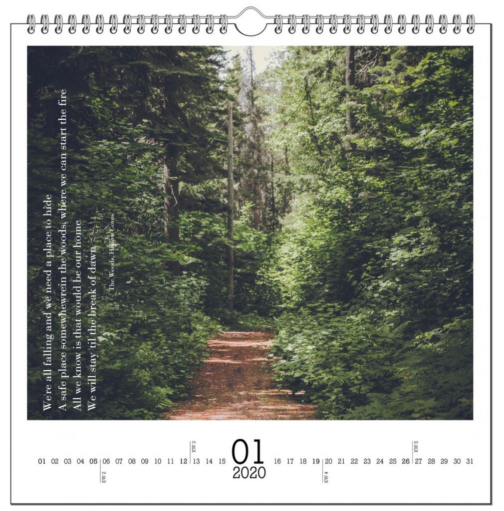 Januar-Seite eines Kalenders mit einem Foto von einem Waldweg und einem Textausschnitt aus einem Lied