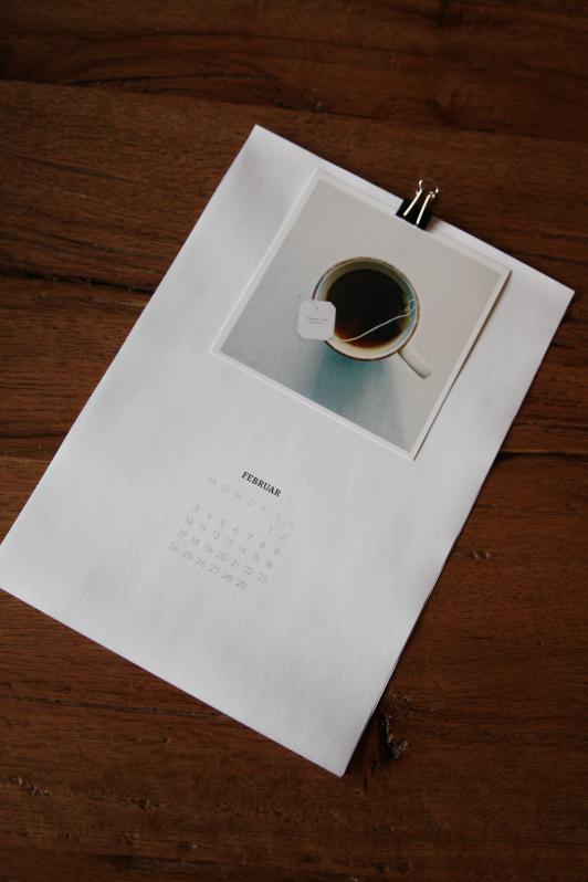 Aufnahme von oben, ganzes Kalenderblatt 2020 mit Square Print von Teetasse auf Holztisch
