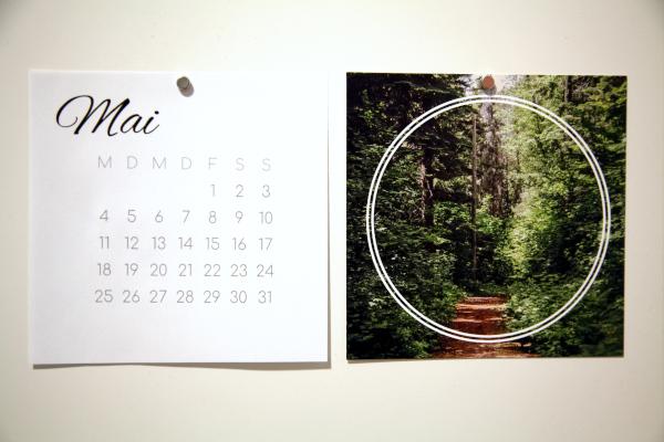 Square Print und Kalenderblatt Mai mit Magnet an weisser Oberfläche befestigt