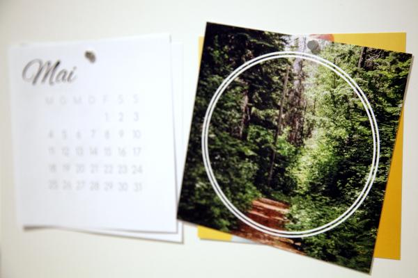 seitliche Aufnahme von zwei Square Prints und zwei Kalenderblättern, mit Magneten an Oberfläche befestigt